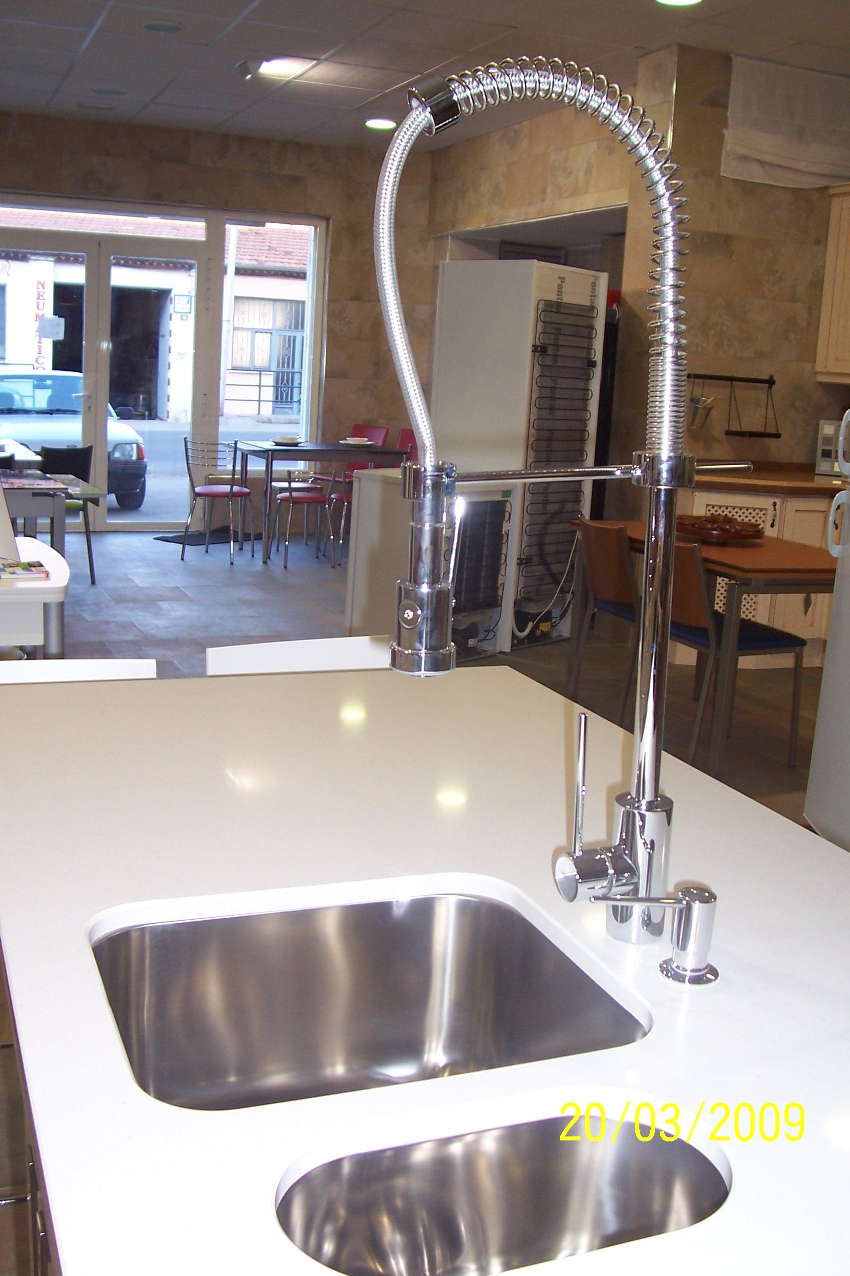 Contemporáneo Grifo De La Cocina Moen Con Rociador Y Dispensador De ...